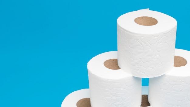 Высокий угол пирамиды из рулонов туалетной бумаги с копией пространства