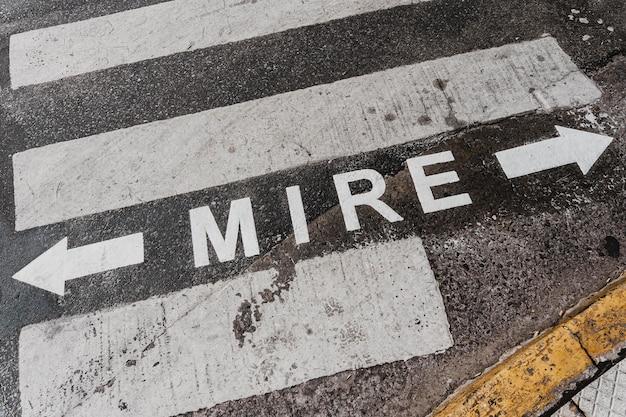 횡단 보도와 도로 표지판의 높은 각도