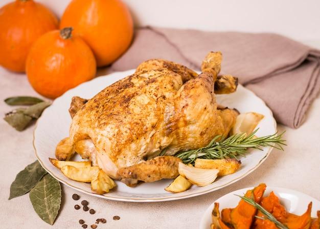 Жареный цыпленок под высоким углом на ужин в честь дня благодарения