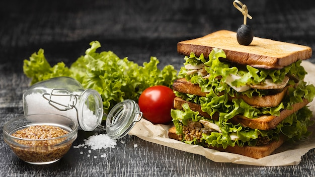 Сэндвич с салатом под высоким углом и помидорами