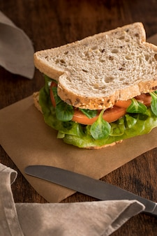채소와 토마토 샌드위치의 높은 각도