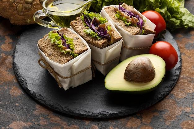 Высокий угол бутербродов с авокадо и помидорами