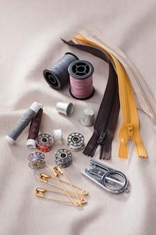 Высокий угол челнока швейной машины с катушками и молниями