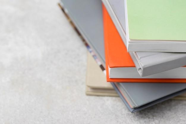 テーブルの上に積み上げられた本の高角度
