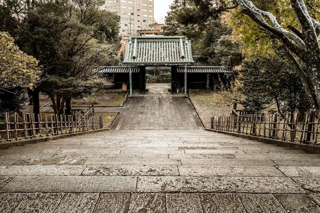 일본 사원 단지에서 높은 각도의 계단