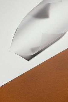 コピースペースのある高角度の文房具の薄い紙