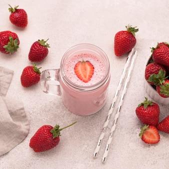 빨대와 딸기 밀크 쉐이크의 높은 각도