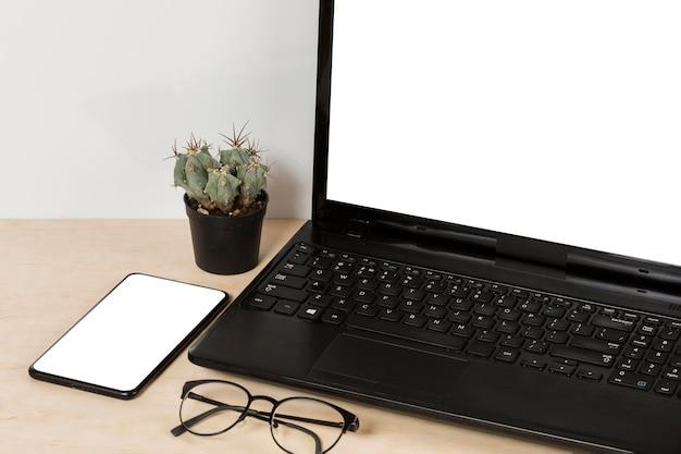 Высокий угол наклона планшета на столе с копией пространства