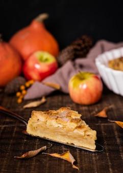 Высокий угол вкусного кусочка яблочного пирога на день благодарения