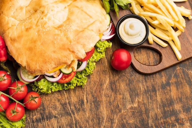 Высокий угол вкусного кебаба с картофелем фри