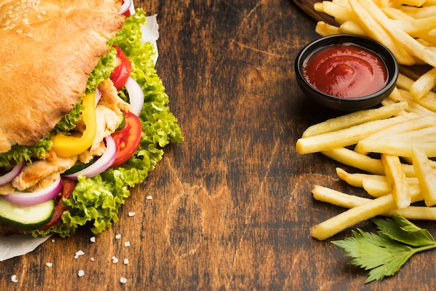 Высокий угол вкусного шашлыка с кетчупом и картофелем фри