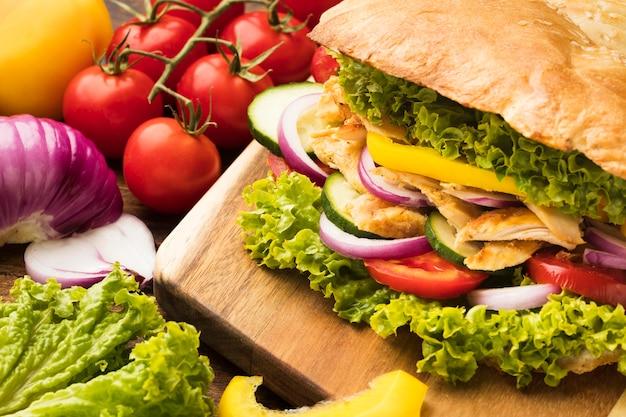 Высокий угол вкусного кебаба с овощами и салатом