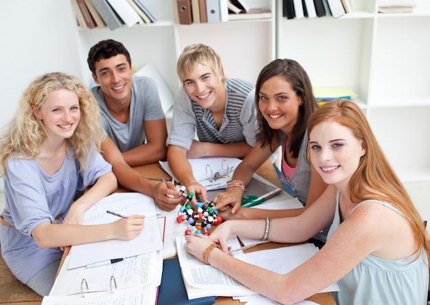 도서관에서 과학을 공부하는 청소년의 높은 각도