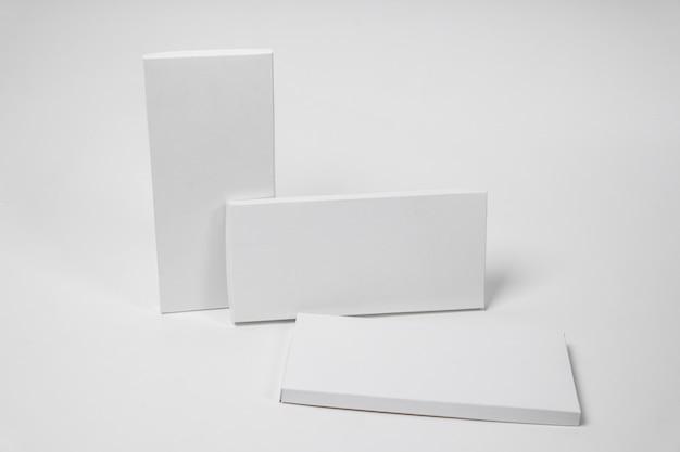 Высокий угол наклона трех пустых упаковок шоколадных плиток