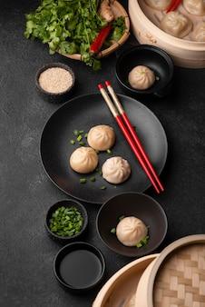 餃子と伝統的なアジア料理の高角度