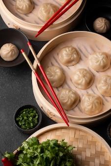 箸とハーブを使った伝統的なアジアの餃子の高角度