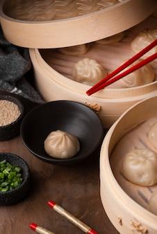 箸で伝統的なアジアの餃子の高角度