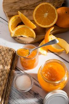 Высокий угол прозрачной стеклянной банки с апельсиновым джемом