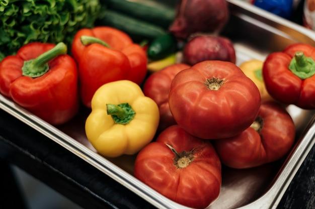 Поднос со свежими овощами под большим углом