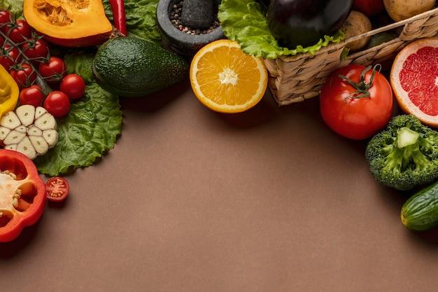 Высокий угол наклона овощей с копией пространства