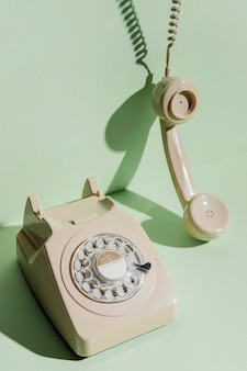 Высокий угол старинного телефона с трубкой