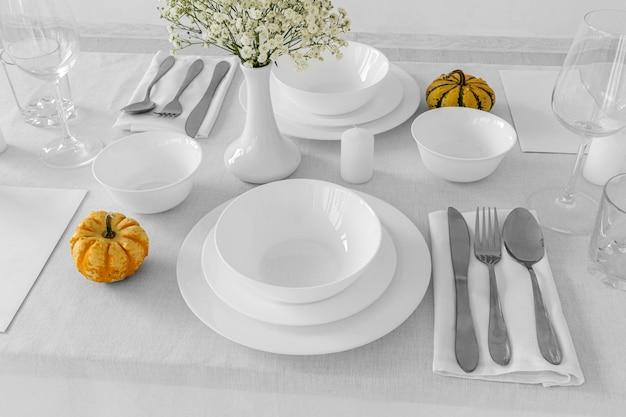 Высокий угол белых тарелок на столе с копией пространства