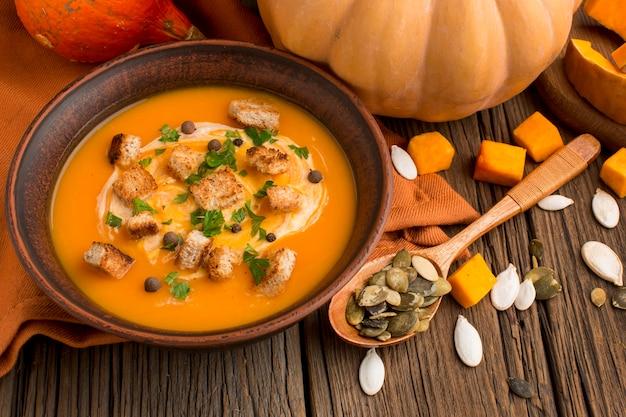 Высокий угол зимнего супа из кабачков в миске с ложкой