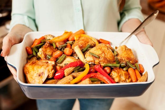 夕食の食べ物を保持している女性の高角度