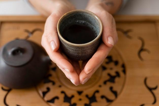茶碗を持っている女性の高角度