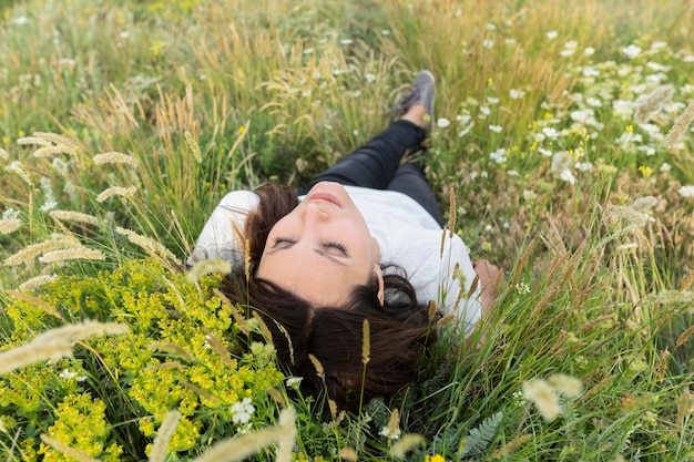 草でポーズをとる女性の高角度