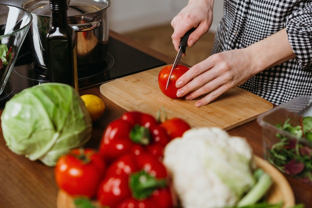 キッチンで食事を準備する女性の高角度