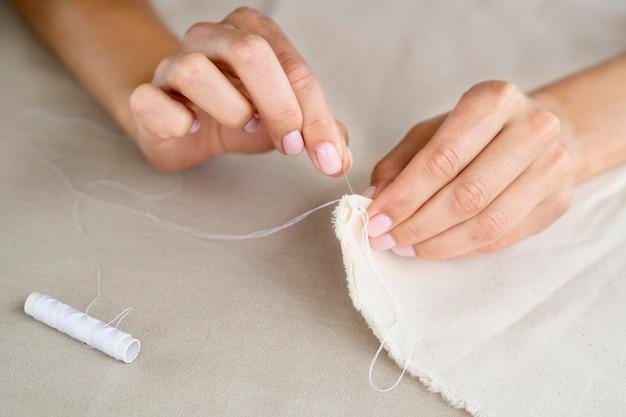 Высокий угол женского шитья текстиля