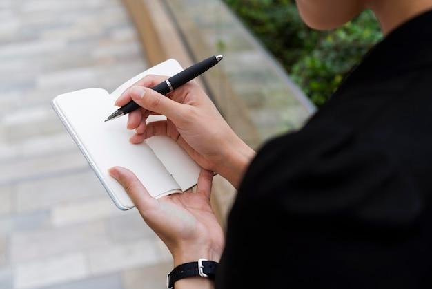 Высокий угол письма женщины в агене