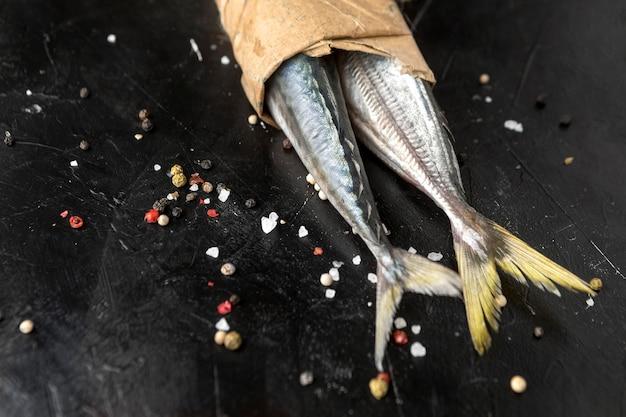 包まれた魚の尾の高角度