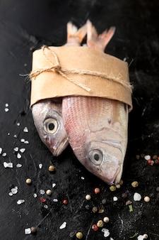包まれた魚の高い角度