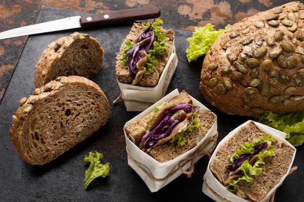 パンとラップされたサラダサンドイッチの高角度