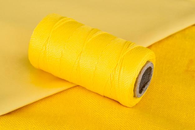 Высокий угол рулона желтой нити