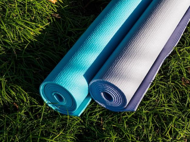 Коврики для йоги на траве под высоким углом