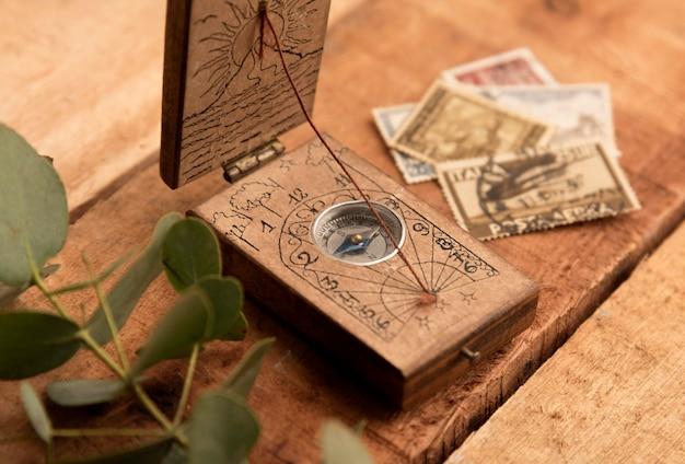 Старый компас и деньги под высоким углом