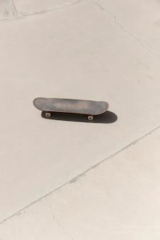 Vecchio skateboard ad alto angolo