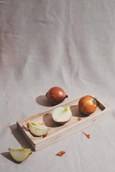 Cipolle di alto angolo sulla tavola di legno