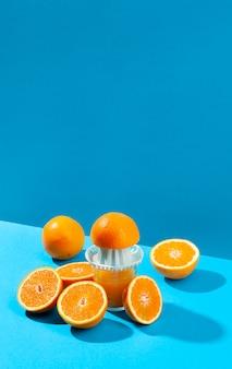 Апельсины и соковыжималки под высоким углом