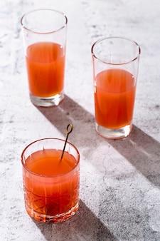 透明なメガネでハイアングルオレンジドリンク