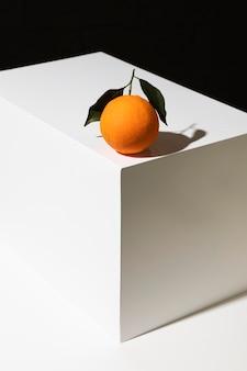 Alto angolo di arancia sul podio