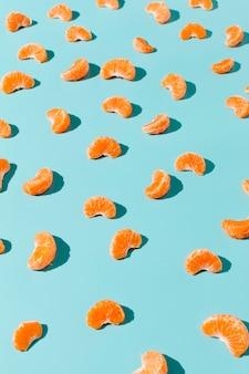Расположение апельсиновых ломтиков под высоким углом