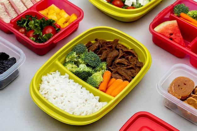 Упакованные под высоким углом овощи и фрукты