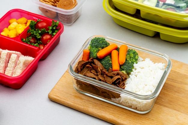 Овощи и бутерброды в упаковке под высоким углом