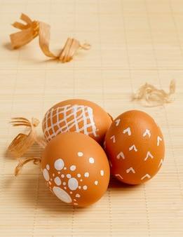Alto angolo di uova dipinte per pasqua con copia spazio