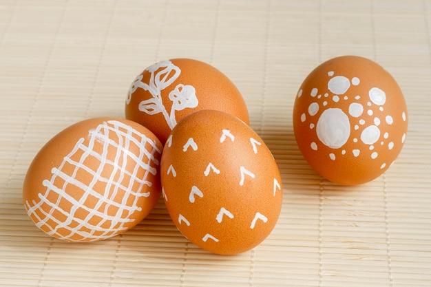 Alto angolo di uova dipinte per pasqua