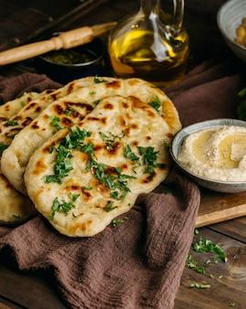 높은 각도의 파키스탄 요리 모듬